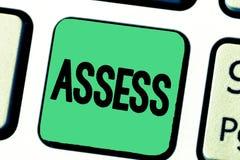 El texto de la escritura de la palabra evalúa El concepto del negocio para evalúa o estima la calidad de la capacidad de la natur imagen de archivo libre de regalías