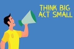 El texto de la escritura de la palabra piensa el acto grande pequeño El concepto del negocio para las grandes metas ambiciosas to ilustración del vector