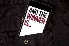 El texto de la escritura de la palabra y el ganador es El concepto del negocio para anunciar como primero coloca en color del neg imágenes de archivo libres de regalías