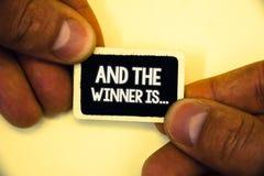 El texto de la escritura de la palabra y el ganador es El concepto del negocio para anunciar como primero coloca en la competenci fotos de archivo