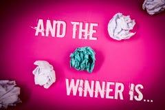 El texto de la escritura y el ganador es El significado del concepto que anuncia como primero coloca en sha circundado piso rosa  fotografía de archivo libre de regalías