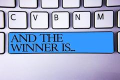 El texto de la escritura y el ganador es El significado del concepto que anuncia como primero coloca en spac alfabético del azul  fotografía de archivo