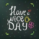 El texto dibujado mano del garabato tiene un día agradable en un fondo verde oscuro con las flores y los círculos puede ser utili Foto de archivo