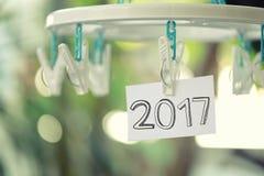 el texto 2017 en el Libro Blanco observa la ejecución en una cuerda para tender la ropa Fotos de archivo