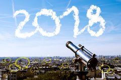 el texto 2018 en fondo de la ciudad y del cielo con la burbuja charla, análisis de negocio y estrategia foto de archivo libre de regalías