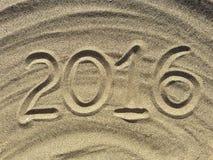 el texto 2016 escribe en la arena Imagen de archivo libre de regalías
