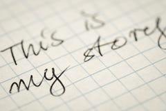 El texto manuscrito esto es mi historia en macro de papel ajustada fotos de archivo