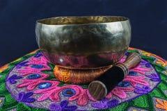 El tibetano handcrafted el cuenco del canto en una almohada de la yoga Imágenes de archivo libres de regalías
