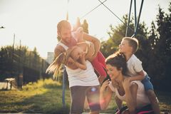 El tiempo con la familia está siempre en el primer lugar Nosotros que se ríen de fotografía de archivo