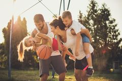 El tiempo con la familia está siempre en el primer lugar Nosotros que se ríen de fotos de archivo libres de regalías