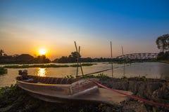 El tiempo de la puesta del sol del lado del río del barco foto de archivo