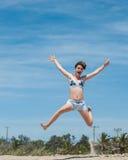 El tiempo del bañador hace a muchachas felices Foto de archivo