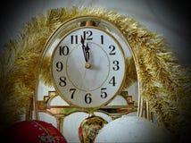 El tiempo en el reloj se está acercando al Año Nuevo Menos de cinco minutos antes del Año Nuevo Imágenes de archivo libres de regalías