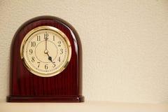 El tiempo es 5:00 Imágenes de archivo libres de regalías