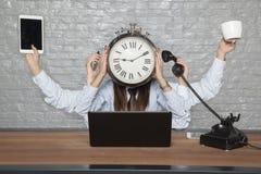 El tiempo es negocio, mujer de negocios polivalente fotografía de archivo