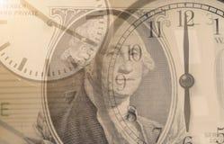 El tiempo es oro Despertador de la exposición doble y dinero del dólar foto de archivo