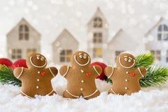 El tiempo feliz de la frialdad hacia fuera, grupo de galletas sonrientes de los hombres de pan de jengibre celebra el partido de  foto de archivo