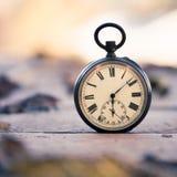 El tiempo pasa: aire libre del reloj del vintage; madera y hojas foto de archivo