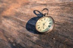 El tiempo pasa: aire libre del reloj del vintage; madera y hojas fotografía de archivo libre de regalías