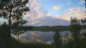 El tiempo pierde la imagen de la línea de la costa del río en puesta del sol metrajes