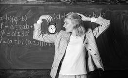 El tiempo tiene materia para ella A?o escolar agradable del profesor R?gimen diario sano Lecci?n del comienzo del educador Ella c fotos de archivo libres de regalías