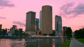 El tiempo transcurrió de rascacielos céntricos en fondo colorido de la puesta del sol almacen de metraje de vídeo