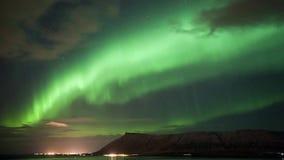 El tiempo traslapa aurora borealis