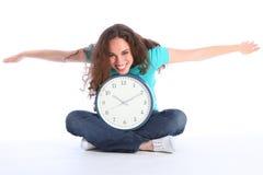 El tiempo vuela a la mujer feliz hermosa que se divierte el reloj Fotografía de archivo libre de regalías