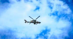 El tigre de la fuerza aérea de Eurocopter EC665 del helicóptero vuela sobre el Frenc Imagenes de archivo