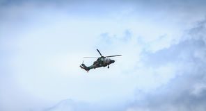 El tigre de la fuerza aérea de Eurocopter EC665 del helicóptero vuela sobre el Frenc Imagen de archivo