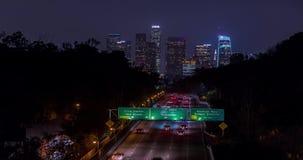 El time lapse de la autopista 110 dirigió hacia Los Ángeles céntrico en la noche almacen de video