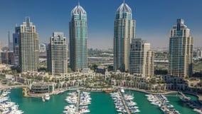 El timelapse de la aleación de aluminio de los rascacielos del puerto deportivo de Dubai, el puerto con los yates de lujo y el pu almacen de metraje de vídeo