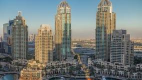 El timelapse de la aleación de aluminio de los rascacielos del puerto deportivo de Dubai, el puerto con los yates de lujo y el pu metrajes