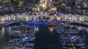 El timelapse de la noche de la aleación de aluminio de la fuente del puerto deportivo de Dubai, el puerto con los yates de lujo y almacen de video