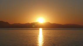 El timelapse de la salida del sol, mañana caliente de la subida del sol, enfoca adentro almacen de metraje de vídeo