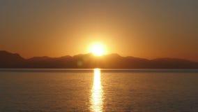 El timelapse de la salida del sol, mañana caliente de la subida del sol, enfoca adentro metrajes
