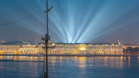 El timelapse de los fuegos artificiales sobre la ciudad de St Petersburg Rusia en el banquete del escarlata navega, visión desde  almacen de video
