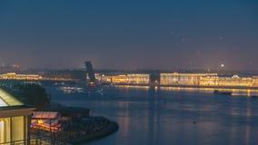 El timelapse de los fuegos artificiales sobre la ciudad de St Petersburg Rusia en el banquete del escarlata navega, visión desde  almacen de metraje de vídeo