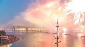 El timelapse de los fuegos artificiales sobre la ciudad de St Petersburg Rusia en el banquete del escarlata navega, visión desde  metrajes