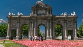El timelapse de Puerta de Alcala es un monumento neoclásico en la plaza de la Independencia en Madrid, España metrajes