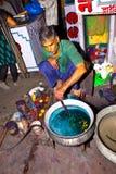 El tintóreo trabaja en la fábrica al aire libre Foto de archivo