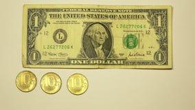 El tipo de cambio de un dólar de EE. UU. es igual a 60 rublos rusas almacen de metraje de vídeo