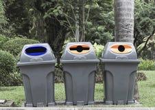 El tipo tres de cubo de la basura, recicla Fotos de archivo