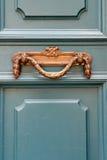 El tirador de puerta de lujo del vintage en una turquesa pintó la puerta i Imagenes de archivo