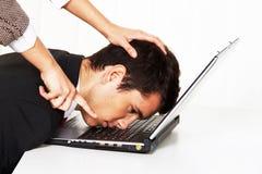 El tiranizar en el lugar de trabajo. Agresión fotografía de archivo libre de regalías