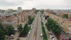 El tiro aéreo de la ciudad del Samara, tráfico de coche, tranvía alinea, los edificios de apartamentos en día de verano almacen de metraje de vídeo