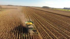 el tiro aéreo del abejón 4k de la cosechadora enorme de la agricultura acarrea los vehículos de las máquinas que cosechan trigo o almacen de metraje de vídeo