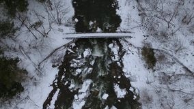 El tiro aéreo del abejón del puente del invierno en Chittenango cae almacen de video