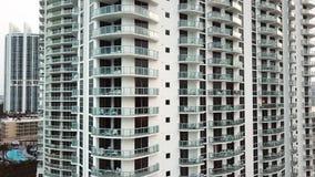 El tiro aéreo del hotel cómodo con los sunbeds en balcones acerca a las islas soleadas vara, Miami almacen de metraje de vídeo