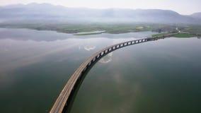 El tiro aéreo del iin del puente del río el área de Velvento, Kozani, Grecia, se mueve adelante por el abejón almacen de metraje de vídeo